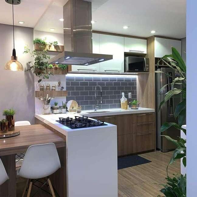 8. Bancada com cooktop e mesa integrada para decoração de sala e cozinha americana – Foto: Casa da Montanha 04