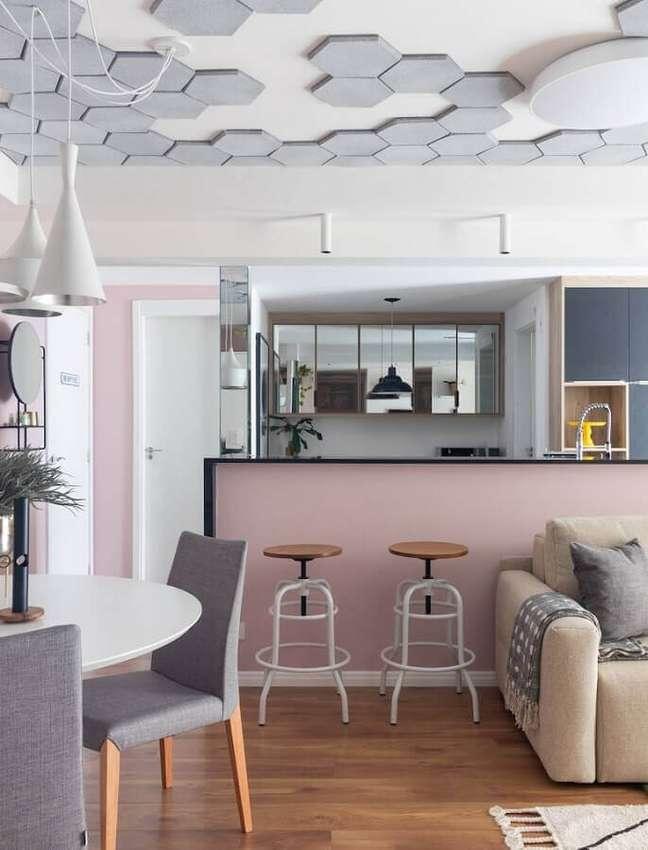37. Decoração moderna com revestimento hexagonal para o teto de sala e cozinha americana – Foto: Mauricio Arruda