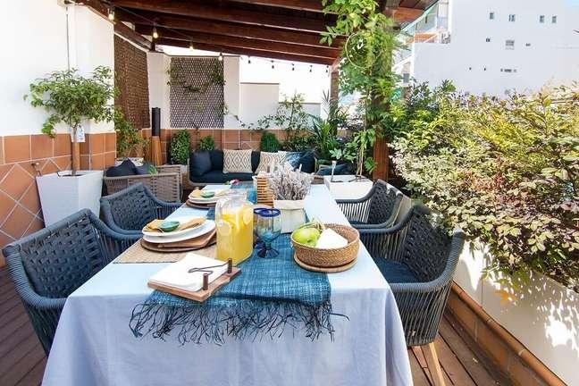 6. Crie um espaço confortável para refeições na área externa de seu imóvel. Foto: habitissimo.com
