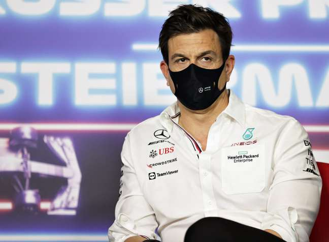 Toto Wolff prometeu instruir George Russell na Mercedes