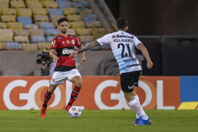 Rodrigo Caio em ação diante do Grêmio, no Maracanã, pelo Brasileirão (Foto: Marcelo Cortes/Flamengo)