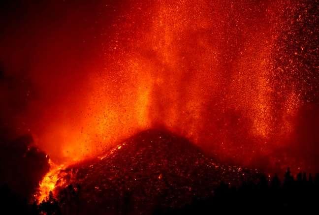 Vulcão expele lava em El Paso, nas Ilhas Canárias, na Espanha 19/09/2021 REUTERS/Borja Suarez