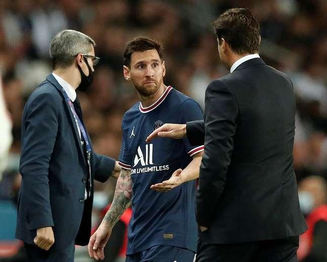 Mauricio Pochettino conversa com Lionel Messi após substituí-lo durante partida do Paris St Germain contra o Lyon pelo Campeonato Francês 19/09/2021 REUTERS/Benoit Tessier