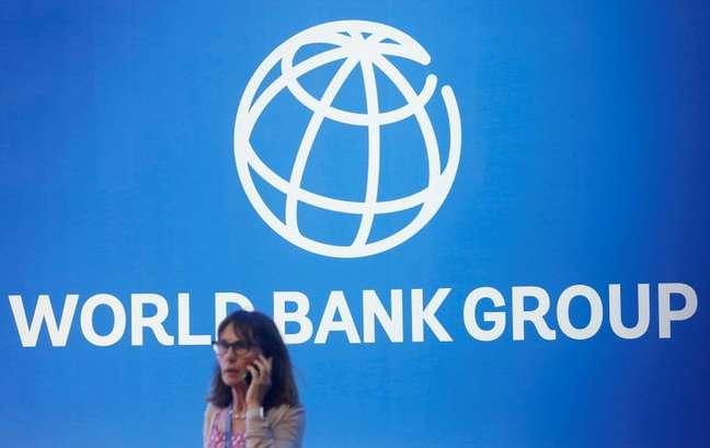 Pessoa fala ao telefone em frente a logo do Banco Mundial em Nusa Dua, Bali, Indonesia 12/10/2018 REUTERS/Johannes P. Christo