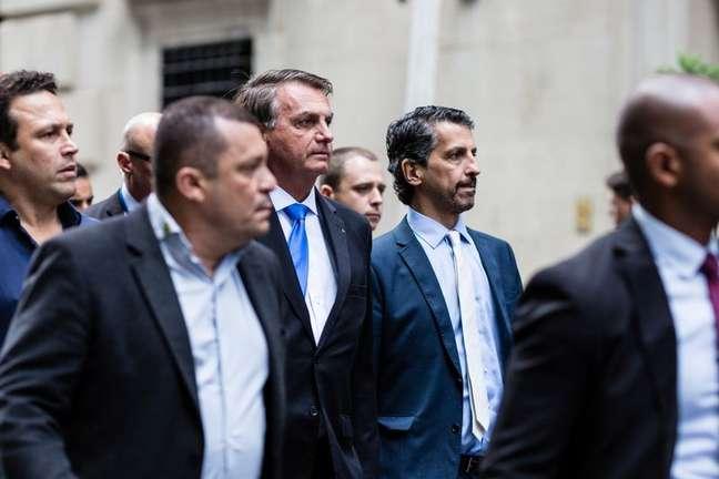 Presidente Jair Bolsonaro caminha em Nova York ao lado de auxiliares 20/09/2021 REUTERS/Stefan Jeremiah