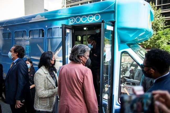 Embaixadora dos EUA na ONU, Linda Thomas-Greenfield, entra em ônibus para ser submetida a teste da Covid em frente à sede da ONU, em NY 20/09/2021 REUTERS/Eduardo Munoz