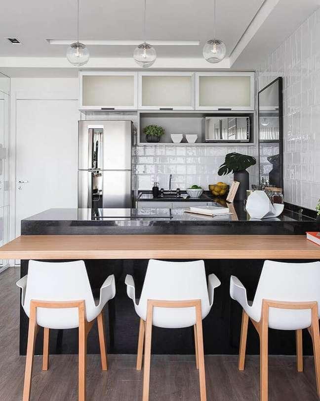 19. Cadeira de madeira para decoração de bancada de sala e cozinha americana pequena – Foto: Sesso e Dalanezi Arquitetura