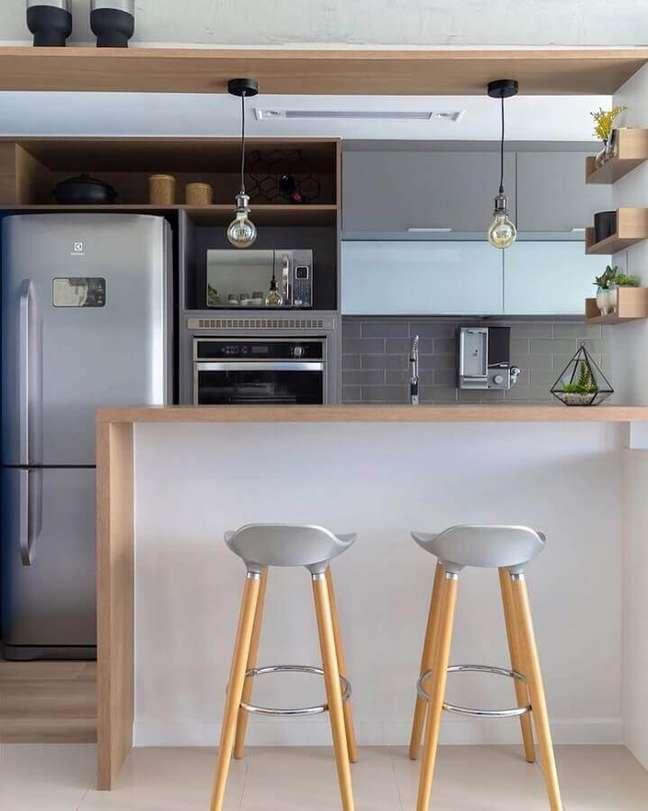 17. Banqueta simples para decoração de sala e cozinha americana pequena – Foto: Mari Bittencourt Arquitetura