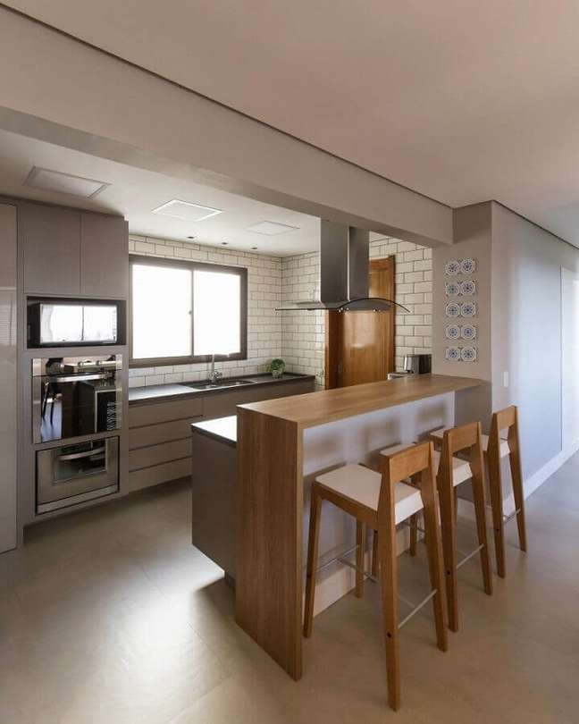 13. Banqueta de madeira para decoração de cozinha e sala americana – Foto: Paula Blaya Arquitetura