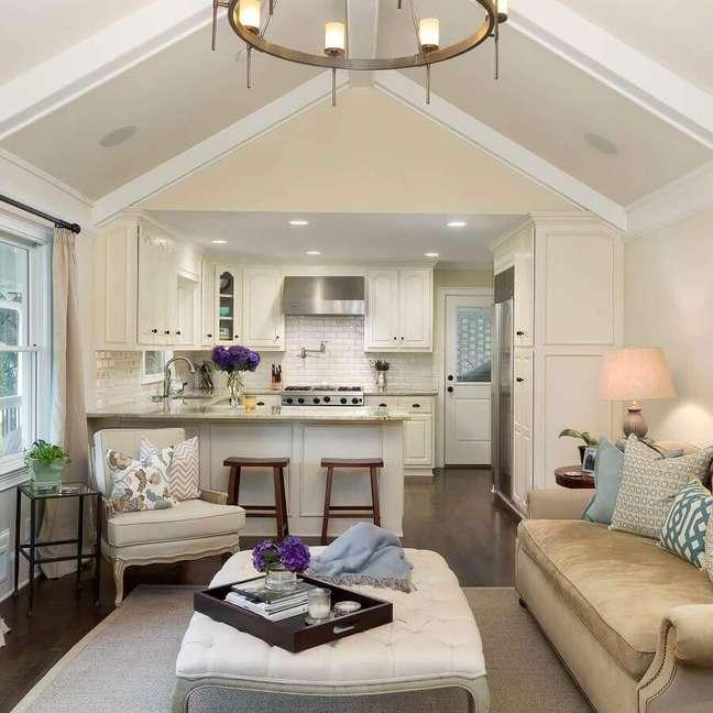 25. Decoração clássica em cores claras para sala e cozinha americana integradas – Foto: Anna Braund