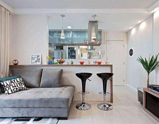 47. Decoração simples com sofá sem braço para sala e cozinha americana pequena – Foto: Decor Fácil