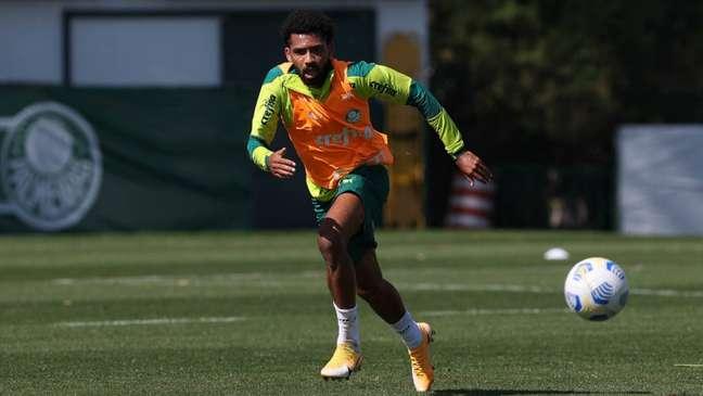 Matheus Fernandes treinou normalmente com o restante do elenco do Palmeiras (Foto: Cesar Greco)