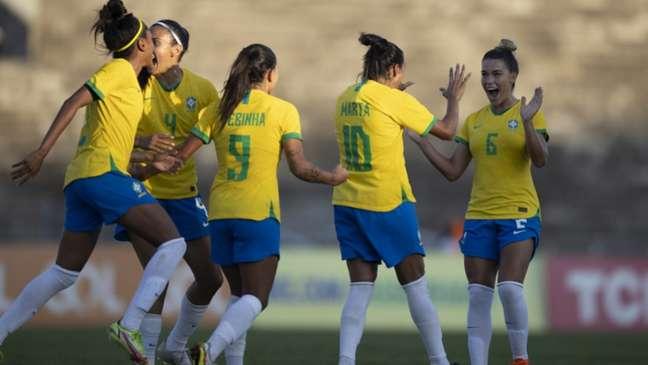 Brasileiras comemoram um dos gols no segundo triunfo sobre a Argentina (Foto: Lucas Figueiredo / CBF)