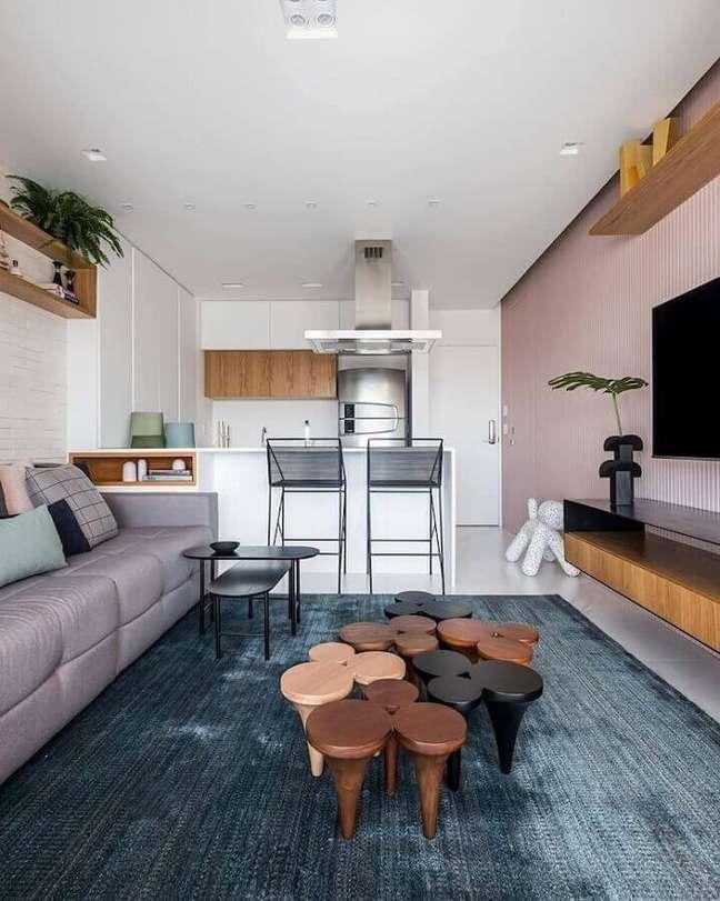 2. Decoração com banqueta moderna para sala e cozinha americana integradas – Foto: Zalc