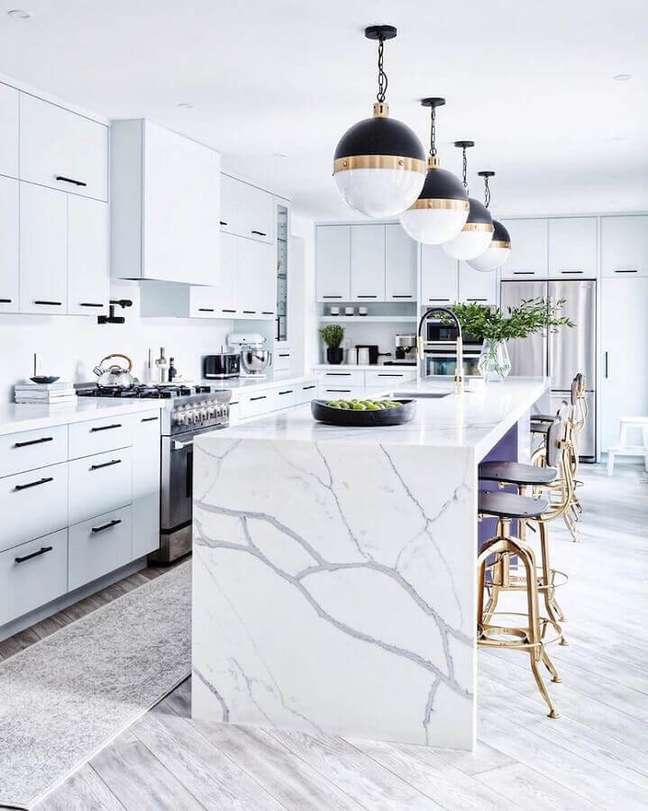 49. Decoração sofisticada para casa com sala e cozinha americana branca com ilha de mármore – Foto: Stacey Brandford