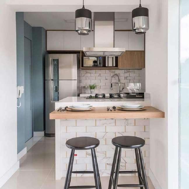 43. Decoração simples com bancada de madeira para sala e cozinha americana pequena – Foto: Archey Arquitetura
