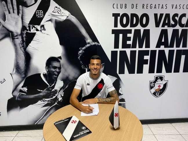 Zé Vitor renova contrato com o Vasco (Foto: Divulgação/Vasco)