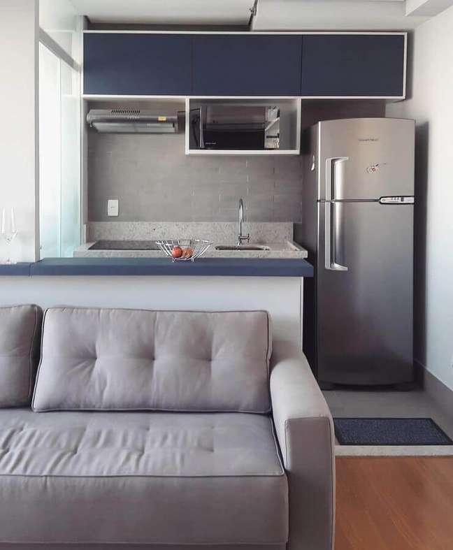 48. Decoração simples para apartamento com sala e cozinha americana pequena – Foto: Studio Aurea