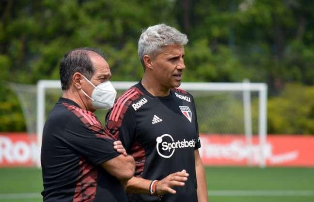 Muricy Ramalho conversa com Crespo durante treino no CT da Barra Funda (Foto: Erico Leonan/São Paulo FC)