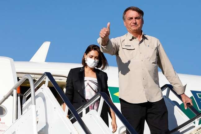 Ao lado de Michelle, Jair Bolsonaro desembarca no Aeroporto Internacional John Fitzgerald Kennedy, em Nova York
