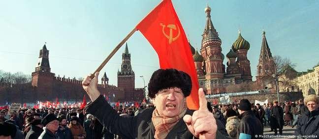 Apoiador do Partido Comunista da URSS participa de uma manifestação em Moscou, em 1997