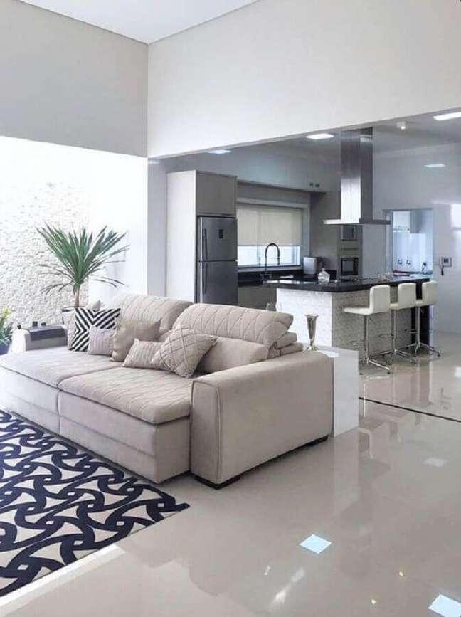28. Decoração clean para casa com sala e cozinha americana – Foto: Casaforte Interiores