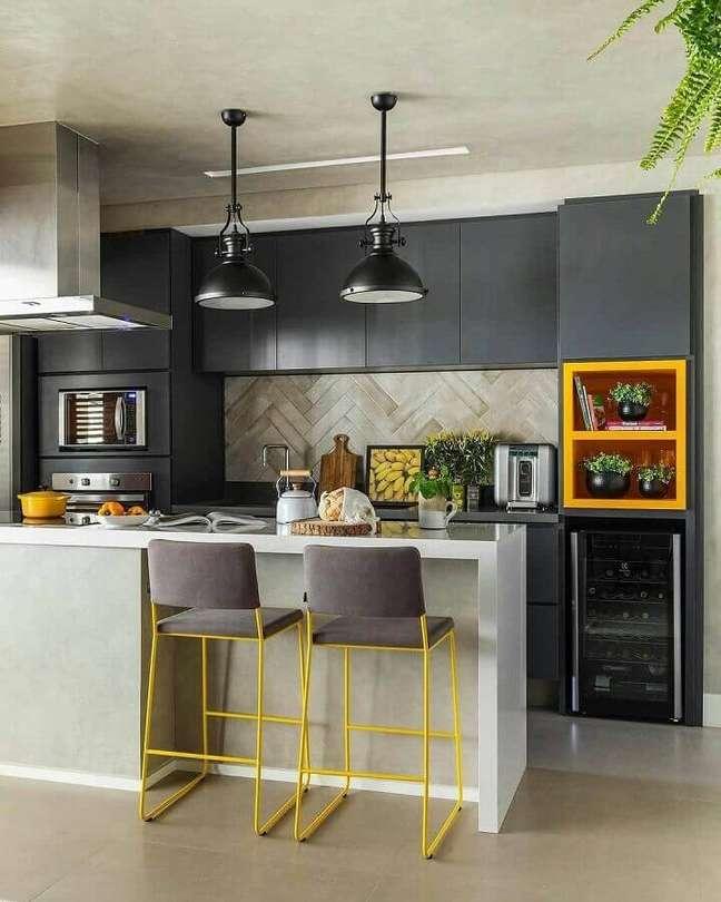 58. Sala e cozinha americana decoradas em tons de cinza com detalhes em amarelo – Foto SP Estúdio