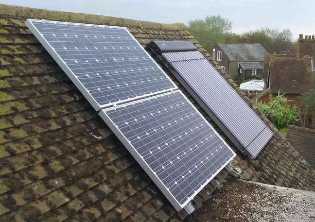 Painel fotovoltaico e térmico instalados em residência.