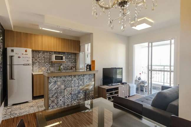 46. Decoração simples com moveis de madeira para sala e cozinha americana pequena – Foto: Fernanda Duarte