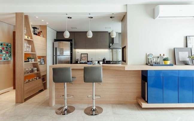 11. Bancada de madeira planejada para decoração de sala e cozinha americana – Foto: Ambientta Arquitetura