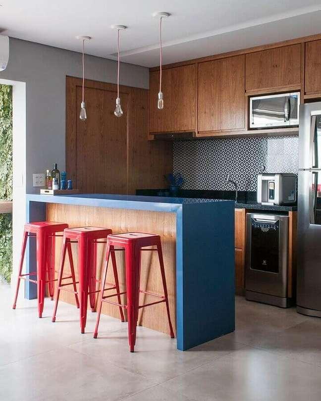 18. Banqueta vermelha para decoração de cozinha e sala americana integradas – Foto: GF Projetos Decor e Arquitetura