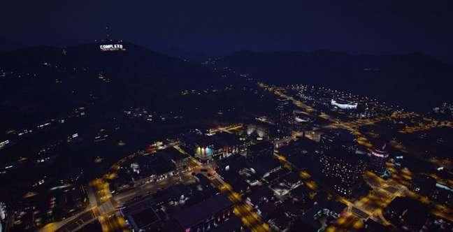 O Complexo mal nasceu e já é uma cidade populosa