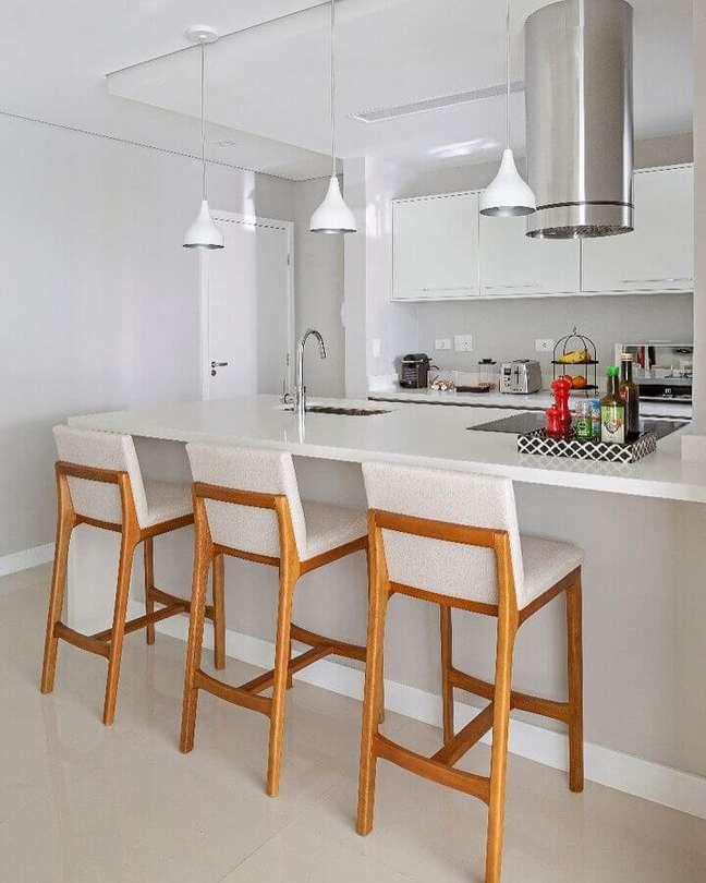 27. Decoração clean com banqueta de madeira para sala e cozinha americana branca – Foto: GF Projetos Decor e Arquitetura