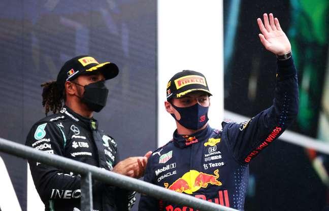 Lewis Hamilton e Max Verstappen no pódio do GP da Bélgica