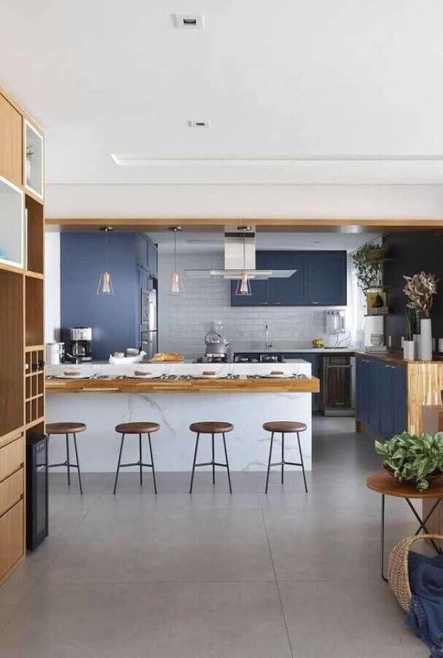 1. Bancada de madeira para ilha de mármore para decoração de sala e cozinha americana azul e branca – Foto: Bianchi e Lima Arquitetura