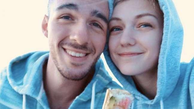 Gabby Petito (direita) desapareceu durante uma viagem com seu noivo, Brian Laundrie (esquerda), cujo paradeiro é desconhecido