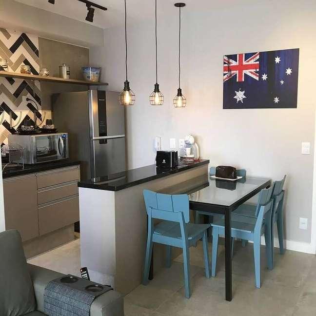 45. Decoração simples com cadeiras azuis para sala e cozinha americana pequena integradas – Foto: Cespeda Arquitetura