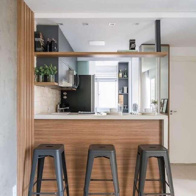 16. Banqueta preta para decoração de sala e cozinha americana pequena planejadas – Foto: Archey Arquitetura