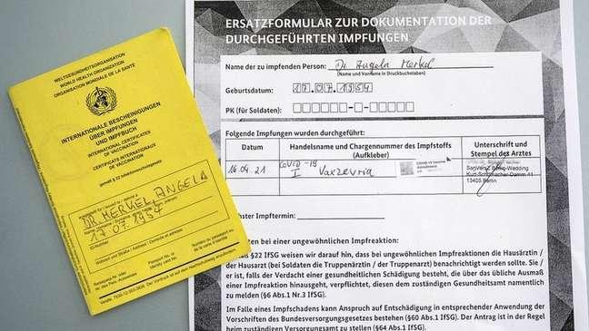 Angela Merkel, primeira-ministra da Alemanha, compartilhou seu comprovante de vacinação