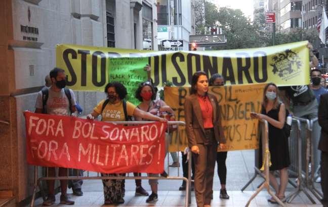 Manifestantes protestam contra o presidente brasileiro Jair Bolsonaro (sem partido) em frente ao Hotel Intercontinental Barclay, em Nova York