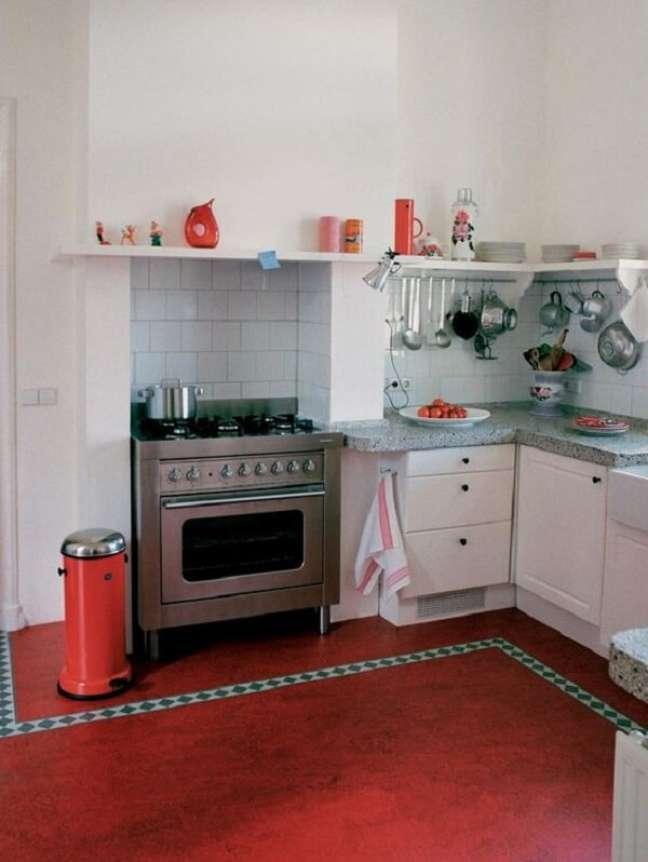 40. Piso queimado vermelho decora a cozinha. Fonte HGTV