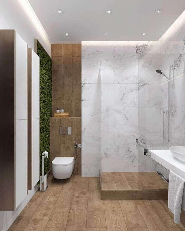 53. Mini jardim vertical para decoração de banheiro com piso de madeira – Foto: Homify