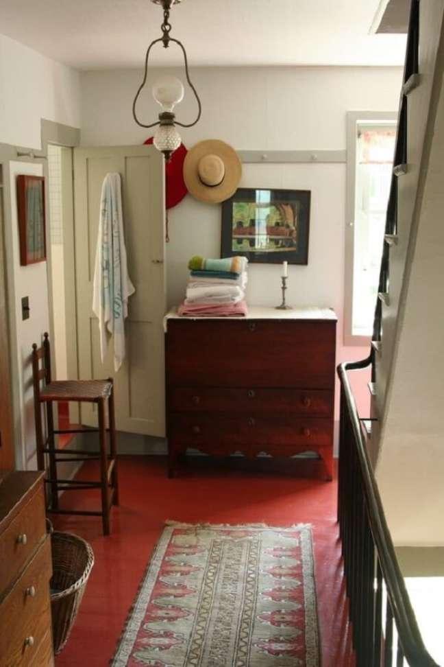 32. O piso vermelho traz personalidade para a decoração. Fonte Apartment Therapy