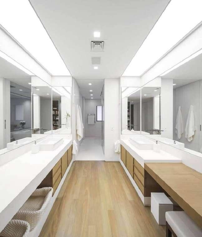 25. Decoração clean para banheiro com piso de madeira grande – Foto: Studio Arthur Casas