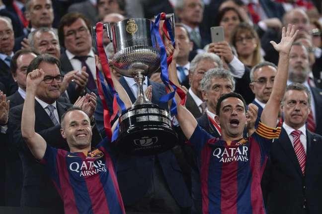 Iniesta e Xavi estão na história do Barcelona como dois dos maiores ídolos do clube (Foto: JOSEP LAGO / AFP)