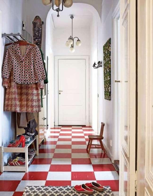 23. Decore seu ambiente com piso vermelho xadrez. Fonte: Miss Prints