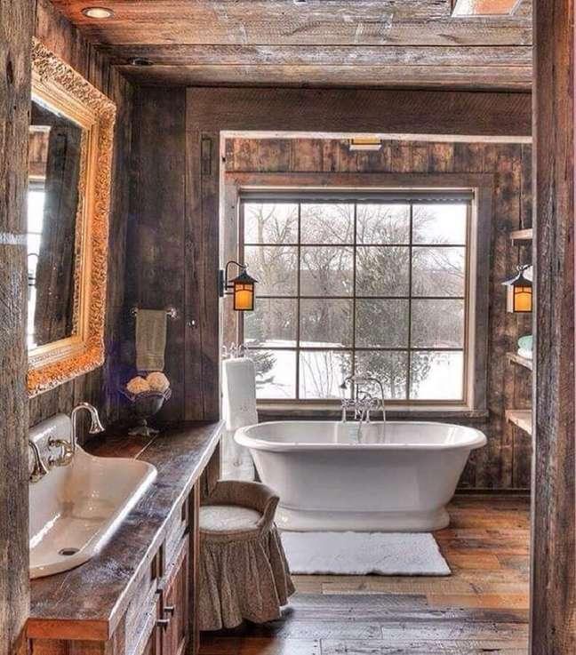 7. Decoração rustica com banheira de imersão para banheiro com piso de madeira – Foto: Zid Interior Design
