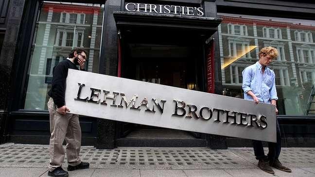 Crise de 2008 teve início com o estouro da bolha das hipotecas no mercado financeiro americano, que levou à falência do banco Lehman Brothers e à queda das bolsas e recessão em todo o mundo