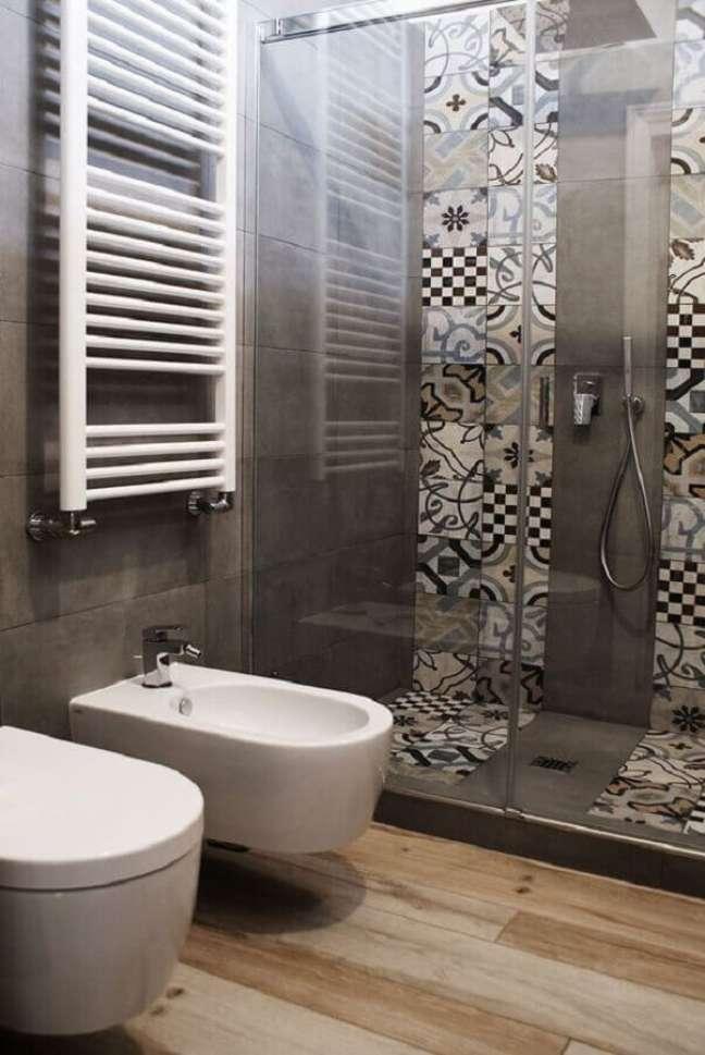 6. Revestimento cinza para decoração de banheiro com piso de madeira moderno – Foto: Voglia di Ristrutturare