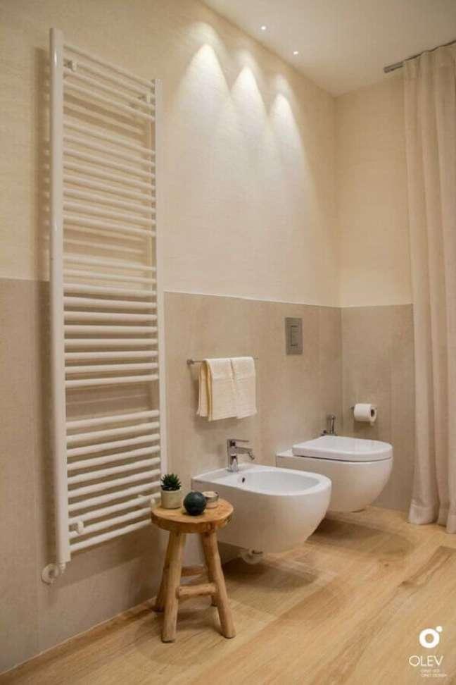 22. Decoração clean para banheiro com piso de madeira e meia parede pintada – Foto: olevlight